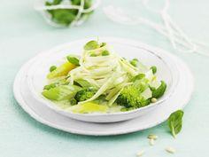 Pasta mit grüner Gemüsesoße und Kräutern ist ein Rezept mit frischen Zutaten aus der Kategorie Gemüse. Probieren Sie dieses und weitere Rezepte von EAT SMARTER!