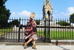 Street Style: London Fashion Week Spring 2015 – Vogue. Lena Perminova at London Fashion Week, primavera-verano 2015. Poncho personalizado Burberrys Prorsum.