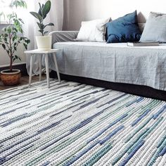 Best Carpet Runners For Stairs Contemporary Rugs, Modern Rugs, Contemporary Interior, Crochet Pillow Patterns Free, Crochet Motifs, Shag Carpet, Diy Carpet, Painting Carpet, Manta Crochet