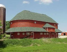 This oval barn is located in Stephenson County, Illinois. Oh this is lovely.