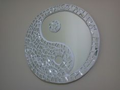 Cre A rtE: Espejo Yin Yang Mirror Mosaic, Mirror Tiles, Mosaic Art, Mosaic Glass, Mosaic Tiles, Glass Art, Broken Mirror Projects, Broken Mirror Art, Mirror Crafts