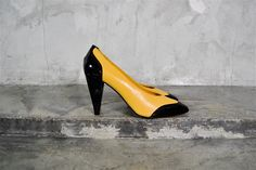 vintage shoes, 1980's Yellow and Black wing tip SPECTATOR oxford pumps, 7, 37.5. $55.00, via Etsy.