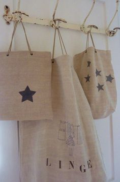 burlap bags with stamped black stars Burlap Projects, Burlap Crafts, Sewing Projects, Burlap Bags, Burlap Fabric, Creation Couture, Linen Bag, Fabric Bags, Purses And Bags