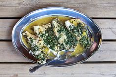 Leckeres Fischgericht mit Wolfsbarschfilets in einer aromatischen Kräuter-Orangen-Zitronensauce mit Knoblauch.