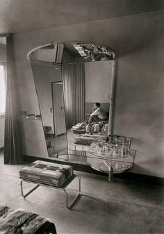 Martin Munkacsi - Le dressing room chez Fritz Lang à Berlin, 1932 Martin Munkacsi, Bauhaus Furniture, Art Deco Furniture, Bauhaus Interior, Modern Furniture, Interiores Art Deco, Fritz Lang, Vintage Interiors, Deco Interiors