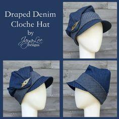 Ce chapeau cloche drapé belle a été inspiré par les chapeaux cloche profondeur dramatique, portés par les femmes dans les années 1920. Le chapeau a une couronne profonde qui élégamment drape sur le côté droit et est clouée en place avec une broche de style vintage déco. Il est fait à partir d'un tissu denim rayé. La Couronne et la visière sont fabriqués à partir du côté bleu foncé du denim et le brassard est faite de la lumière verso du denim. Le chapeau est doublé en tissu de coton rouge…