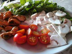 Ensalada de canonigos y rucula, champiñones crudos, tomates cherry y mejillones al natural