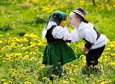 Folk Costume, Costumes, Beautiful People, Beautiful Pictures, Kids Around The World, Romania, Winter Hats, Ruffle Blouse, Couple Photos