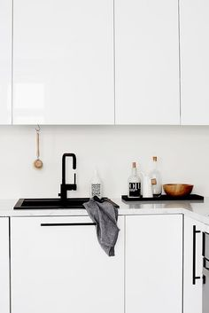 Here's an exciting new kitchen trend to love, or maybe hate. Most kitchen sinks are often white or stainless, but lately, I've seen more and more of an unusual new feature: the black kitchen sink. Yes, black. You can find black sinks in metal, or ceramic, or even marble. Whether you love this look​ or hate it, you've got to admit that it definitely draws the eye. But we still have some questions.