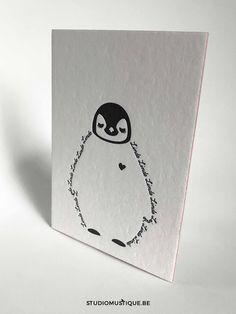 Geboortekaartje Linde (baby pinguïn letterpress) - Studio Mustique | geboortekaartje met baby pinguïn Linde letterpress zwart wit oud roze minimalistisch - grafisch ontwerp
