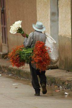 A Flower seller in Honduras Photo By Sergio Rodríguez. Tegucigalpa, Honduras, My Flower, Flower Power, Fashion Design Classes, Cultural Identity, Latin Women, Mexican Art, Latin America