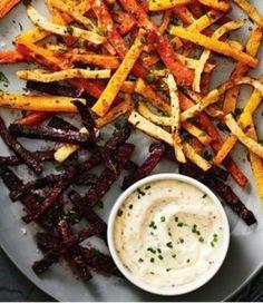 Bunte Gemüse Pommes 2 Rote Beete-Kugeln, roh 2 Möhren 1 Süßkartoffel 2 Petersilienwurzeln 3 EL Olivenöl Salz Pfeffer Chilipulver