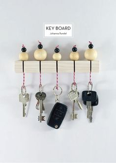 DIY Key Holder With Wooden Beads. Keys are always laying around, so having one central location with a little extra cuteness is a win win! Check out and create one super cute wooden beads key holder like this for your own Diy Simple, Easy Diy, Ard Buffet, Ideas Hogar, Diy Projects To Try, Cool Diy, Wooden Beads, Getting Organized, Diy Crafts