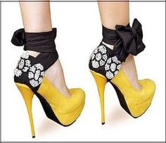 Really really cute yellow and navy blue shoes! Pretty Shoes, Cute Shoes, Me Too Shoes, Navy Blue Shoes, Yellow Shoes, Sexy Heels, High Heels, Casual Steampunk, Wedding Shoes Heels