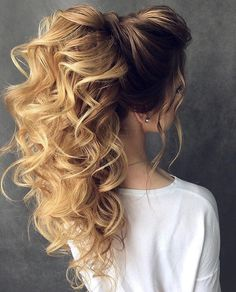 Wavy curly hair is every girl's dream. Wavy hair falling on the shoulder that will look very beautiful. Curly hairstyles can reduce the length of long hair. Dance Hairstyles, Bride Hairstyles, Cool Hairstyles, Fashion Hairstyles, Bridesmaid Hair, Prom Hair, Long Wavy Hair, Hair Dos, Gorgeous Hair