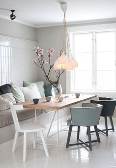 mooie vaas met magnoliatakken