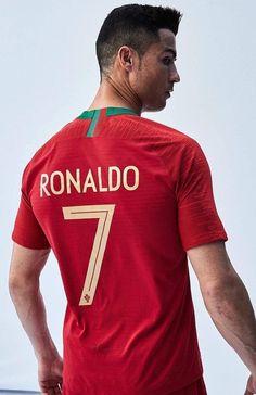 Ronaldo posa com a camisa de Portugal para a Copa do Mundo (Foto: Divulgação/Nike) Cristiano Ronaldo Portugal, Cr7 Ronaldo, Cristiano Ronaldo Juventus, Ronaldo Football, Juventus Fc, World Best Football Player, Soccer Players, Funchal, Fifa