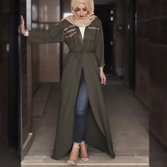 Love this cute hijab style with this beautiful green abaya looks soo beautiful and amazing my favourite love it amazing soo beautiful. Casual Hijab Outfit, Hijab Chic, Hijab Dress, Islamic Fashion, Muslim Fashion, Modest Fashion, Modest Wear, Modest Dresses, Mode Outfits