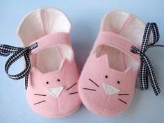 Precious Kitty Baby Booties - Shoes Sewing Pattern via Etsy. Couture Bb, Felt Baby Shoes, Diy Bebe, Shoe Pattern, Felt Fabric, Baby Booties, Booties Crochet, Baby Sandals, Baby Sewing