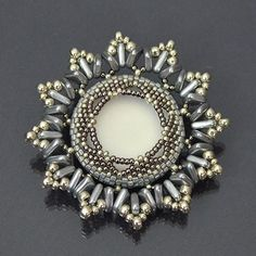 The edge of duos and rullas are rather stunning Beading-tutorial-Anais Brooch Bead Jewellery, Seed Bead Jewelry, Beaded Jewelry, Jewelery, Beaded Necklace, Beaded Bracelets, Seed Beads, Diy Jewelry, Seed Bead Tutorials