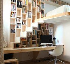 meuble étagère avec bureau en bois clair, petite mezzanine avec un lit