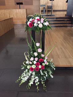 Contemporary Flower Arrangements, Church Flower Arrangements, Church Flowers, Floral Arrangements, Flower Decorations, Christmas Decorations, Table Decorations, Altar, Arte Floral