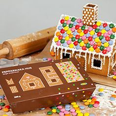 Maison Ikea Create a gingerbread house that's almost too cute to eat with PEPPARKAKA HUS dough Ikea Christmas, Christmas Makes, All Things Christmas, Christmas Time, Christmas Ideas, Ikea Gingerbread House, Gingerbread Man, Sparkle Decorations, Christmas Decorations