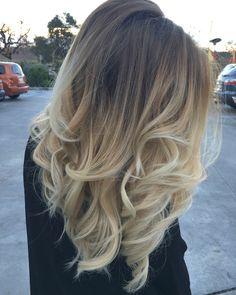 balayage ombre blonde, blazer noir modèle femme, coiffure cheveux lisses avec extrémités bouclés en blond