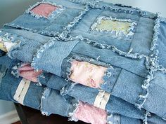 """DIY denim blanket–I wonder if you could cut out the section covered by the pocket on the back of the jeans & use that for the base of the """"window"""" for the calico pieces . Jean Crafts, Denim Crafts, Patchwork Quilting, Blue Jean Quilts, Denim Quilts, Flannel Rag Quilts, Sewing Crafts, Sewing Projects, Denim Ideas"""