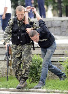 ウクライナ東部ドネツク(Donetsk)で、ウクライナ政府側のスパイと疑われ親ロシア派の戦闘員に身柄を拘束される男性(2014年6月21日撮影、資料写真)。(c)AFP/ALEXANDER KHUDOTEPLY ▼24Jun2014AFP|ウクライナの親ロシア派、初めて停戦に同意 http://www.afpbb.com/articles/-/3018585 #eastern_Ukraine #Donetsk