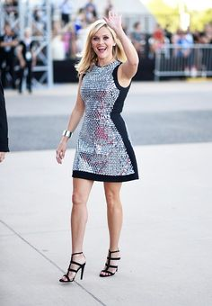 Reese Witherspoon wears a black and silver shift dress with strappy black sandals Reese Witherspoon Style, Beautiful Actresses, Beautiful Celebrities, Beautiful Women, Girl Celebrities, Celebs, Woman Crush, Beauty Women, Celebrity Style