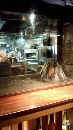 日本橋 墨之栄 - 厨房では炭火で魚が焼かれています