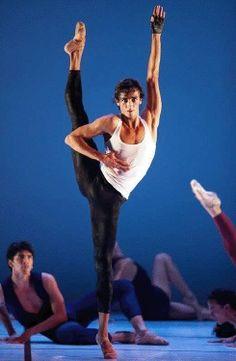 DANZA: Dorian Acosta. El primer bailarín de la compañía Victor Ullate Ballet – Comunidad de Madrid, nació en La Palma, concretamente en Tazacorte. Comenzó sus estudios en el Conservatorio Profesional de Madrid, . Finalizó su formación en la escuela de Víctor Ullate, quien le concedió una beca, para pasar, posteriormente, a integrarse en la compañía en 2002.