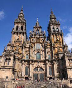 Ogni anno migliaia di persone da tutto il mondo si incamminano verso #SantiagodeCompostela, il capoluogo della #Galizia. Un pellegrinaggio millenario, nato nel secolo IX da vivere a piedi, in bicicletta, a cavallo per assaporare avventura e spiritualità