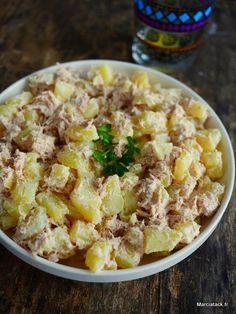 Ici, on a souvent le réflexe « salade de pommes de terre » quand il nous reste des patates cuites d'un autre plat. Nous avions fait en l'occurrence une petite raclette quelques jours auparavant, aussi le recyclage alimentaire s'imposait de lui-même. Comme chez nous, le menu où l'on termine les restes est le samedi midi, et que …
