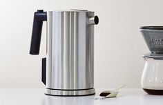Electric kettle in stainless steel with a matte finish. Equipped with electronic temperature setting, you're able to choose between coffee button or boiling water. Coffee Cups, Coffee Maker, Kitchen Accessories, Kettle, Tea Pots, Kitchen Appliances, Stainless Steel, Teacups, Unique Products