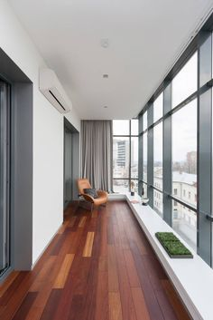 These Glass Balcony Renovations Will Add a New Beautiful Space to Your Home Apartment Balcony Decorating, Apartment Balconies, Deco Design, Design Case, Home Interior Design, Interior And Exterior, House With Balcony, Modern Balcony, Glass Balcony