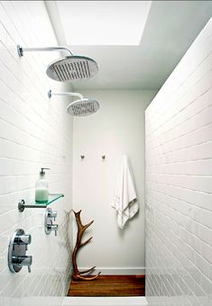 Double shower head, separating wall
