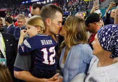 Gisele Bündchen vibra com Tom Brady e celebra título no gramado do Super Bowl