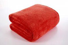 Červená deka Ricky je dostupná v 4 rozmeroch: 70x140, 150x200, 170x210 alebo 220x240 cm.