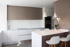 Cocina concepto abierto. Barra para desayunos en solid surface al igual que el resto de encimeras. Pavimento porcelánico imitación hormigón. Proyecto diseñado y desarrollado por AZ diseño.
