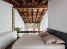 Amazing rustic / brick loft situated in Valencia, Spain, designed by Ambau Taller D'arquitectes. Rustic Apartment, Apartment Design, Roof Design, House Design, Casa Loft, Mini Loft, Brick Loft, Interior Decorating, Interior Design