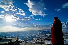 Panorama Blick auf Lhasa. Lhasa liegt in einem Hochgebirgstal. Noch heute hat sie große religiöse Bedeutung und beherbergt zahlreichen Mönche.
