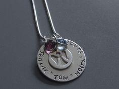 Ihr bekommt ein Medaillon, welches einen Durchmesser von 25 mm hat  und an einer Schlangenkette hängt, handbestempelt mit den Text oder Namen *Eure...