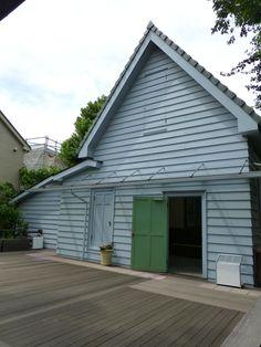 画家、佐伯祐三のアトリエ。 .  北側に大きな窓をとった、 三角屋根の、なかなか可愛らしい建築でした。 .  ところで、かつては、 この洋風の小屋のようなアトリエの横には、 佐伯祐三とその家族が暮らした、 和風の母屋が建てられていたのだそうです。 .  そして、保存・整備にあたって、 その和風の母屋は取り壊され、 洋風のアトリエ部分だけが残されたのだそうです。 .  で、 母屋があった場所は、 現在、ウッドデッキのテラスになっていて、 デッキに描かれた線で、 かつての母屋の間取りを表現している、 ...