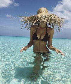 Wheretoget - Emily Ratajkowski wearing a straw hat and a black bikini Beach Woman, Emrata Instagram, Poses Photo, Foto Top, Foto Fashion, Style Fashion, Paris Match, How To Pose, Bikini Photos