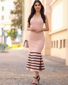 Elegância na medida certa!😍Duas formas incríveis de usar esse vestido lindo da coleção primavera/verão da @nini__store. Qual estilo mais… Modern Outfits, Stylish Dresses, Simple Dresses, Classy Outfits, Beautiful Outfits, Casual Dresses, Short Dresses, Ghana Fashion Dresses, Latest African Fashion Dresses