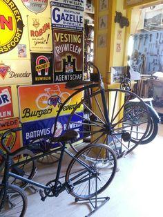 Bij de fietsenwinkel. Nostalgisch Museum te Ameland - Holland