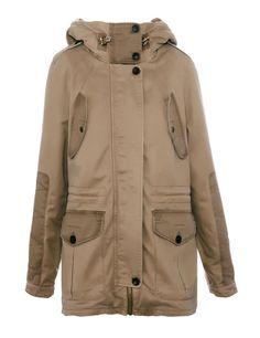 Comodidad Parka en tono tostado con varios bolsillos, capucha y puños reforzados, de Pull & Bear (69,99 €).