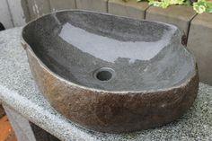 Seitenansicht des Waschbeckens aus Naturstein